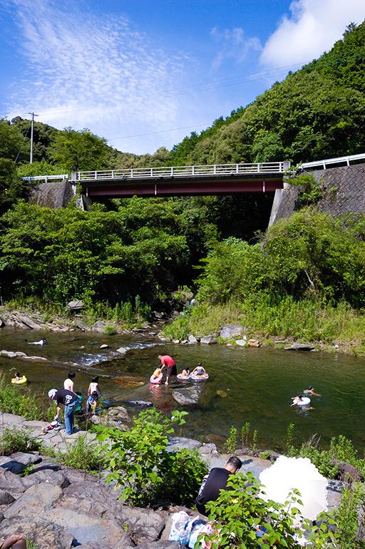 川遊びをする親子、雪浦川(幸物河川公園)