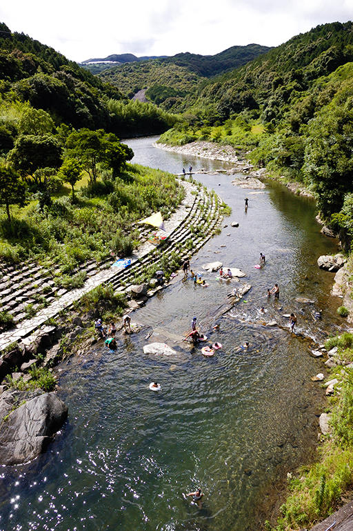 雪浦川(幸物河川公園)で川遊びを楽しむ人々