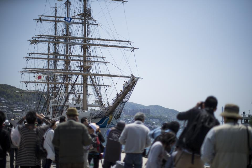帆船と人々