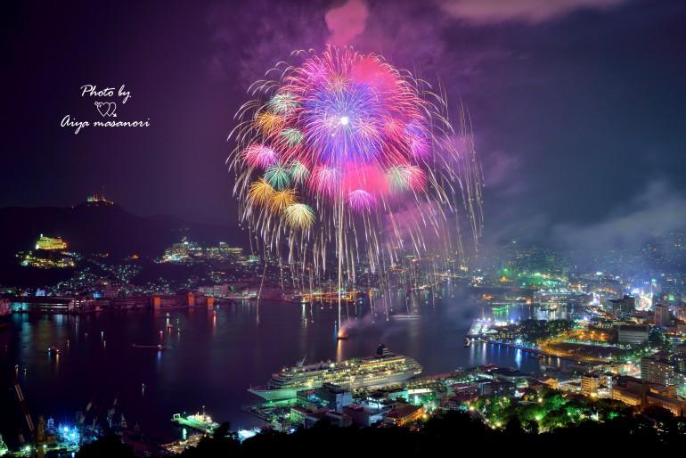 『花火に染まった長崎の街』